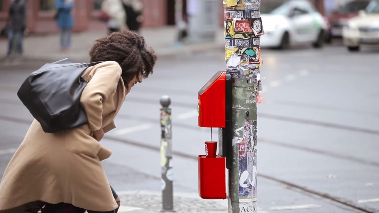 Nescaf connecte les pi tons avec une machine caf for Dans ta pub