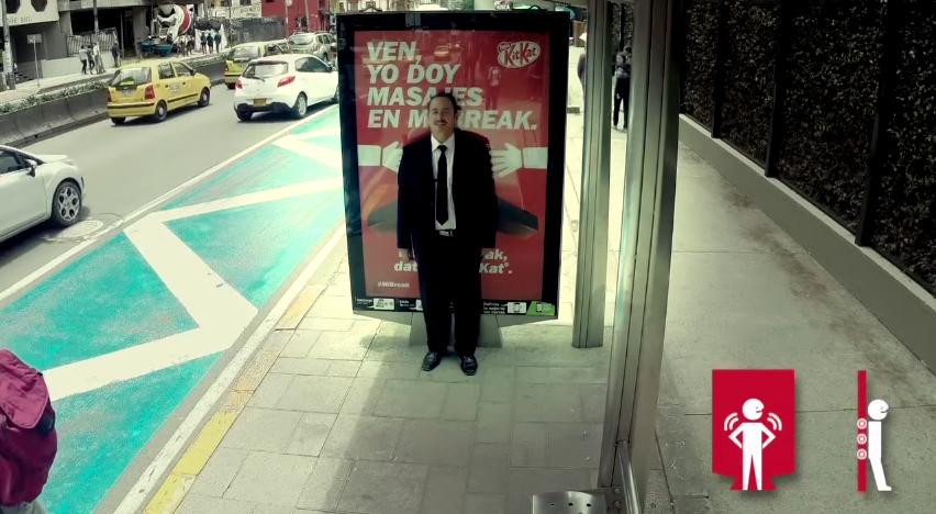 dans-ta-pub-kit-kat-affichage-billboard-massage-bogota-jcdecaux-jwt-colombia