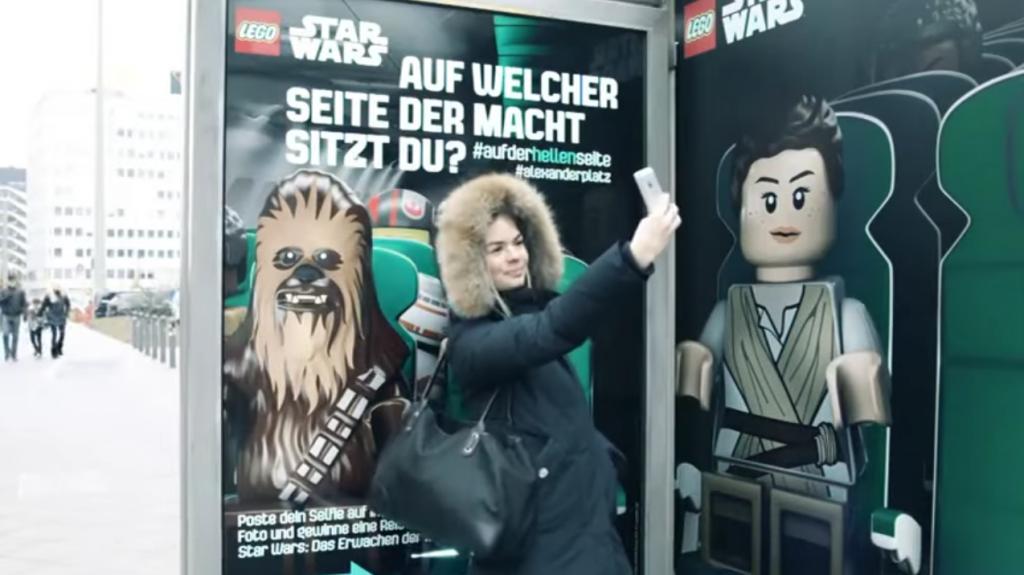 dans-ta-pub-lego-star-wars-berlin-jcdecaux-selfie-abribus