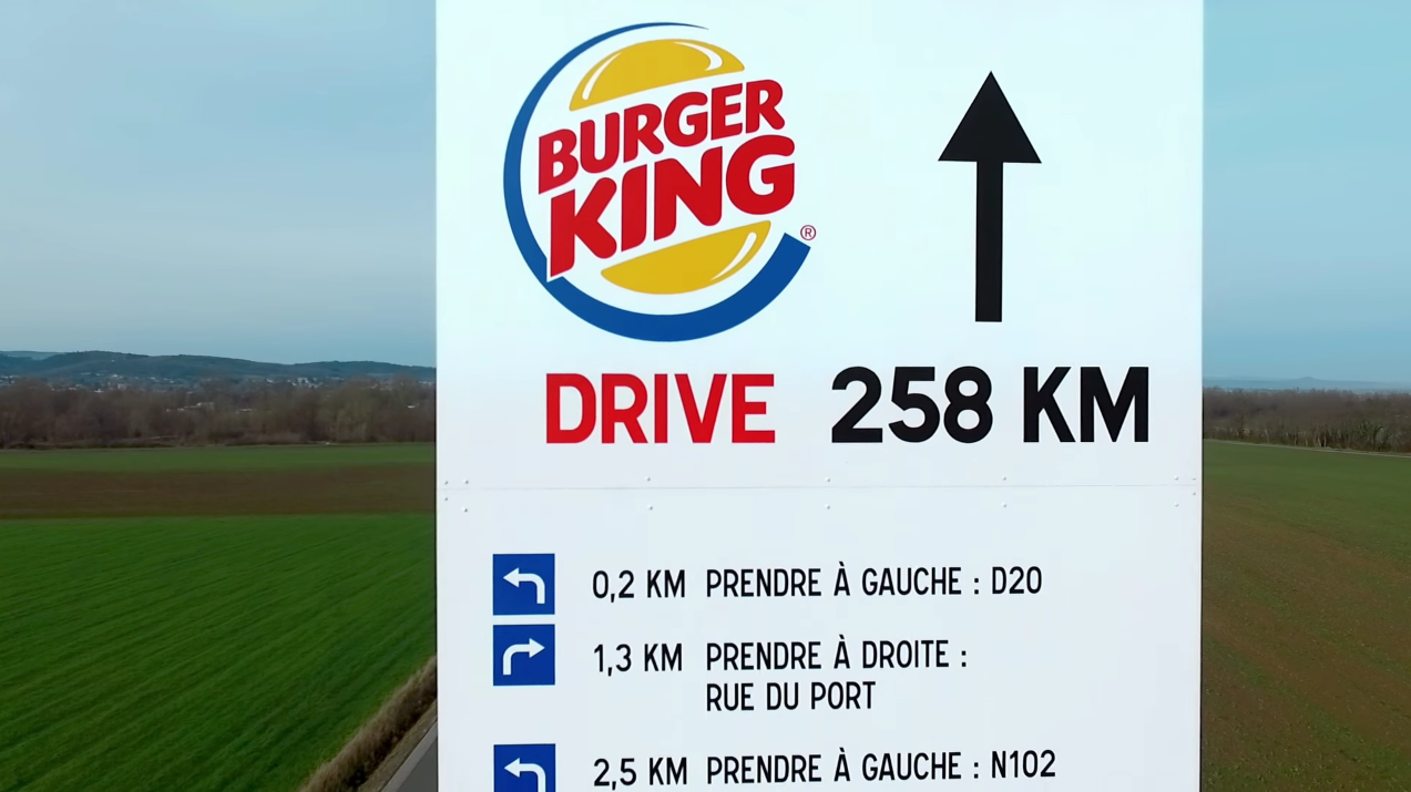 mcdonald u0026 39 s troll burger king avec un panneau directionnel