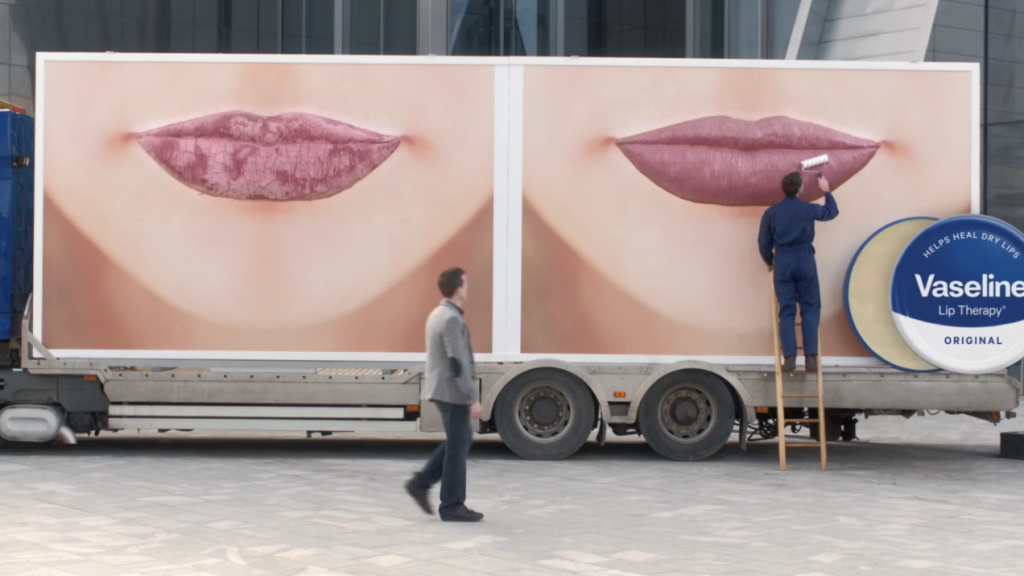dans-ta-pub-vaseline-camion-affiche-ambient-levre-usa
