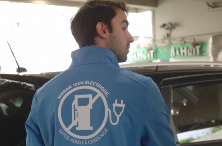 dans-ta-pub-nissan-leaf-penurie-essence-digitas-ambient-voiture-attente