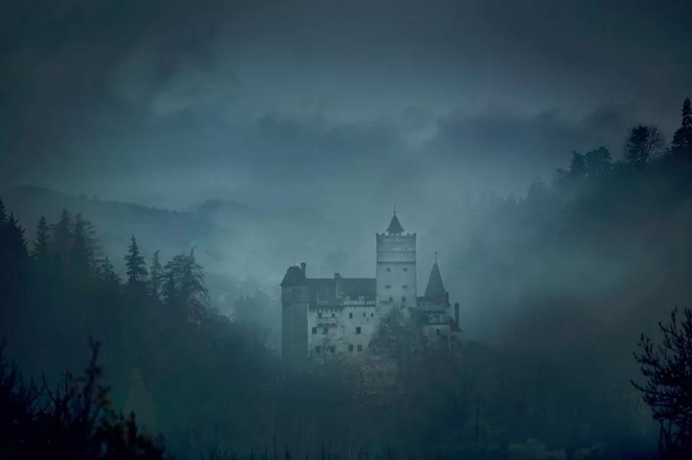 dans-ta-pub-airbnb-dracula-halloween-chateau-6