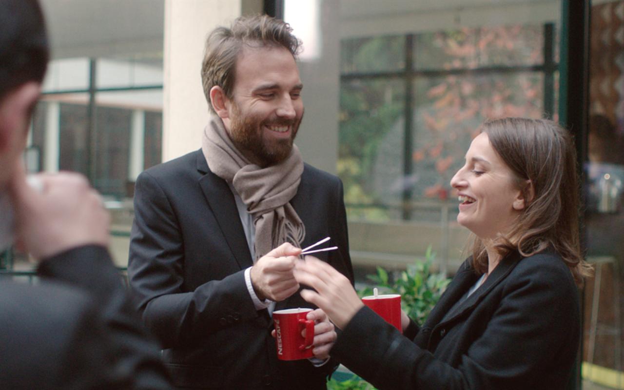 Nescafé et Buzzman lancent une campagne humoristique sur les touillettes