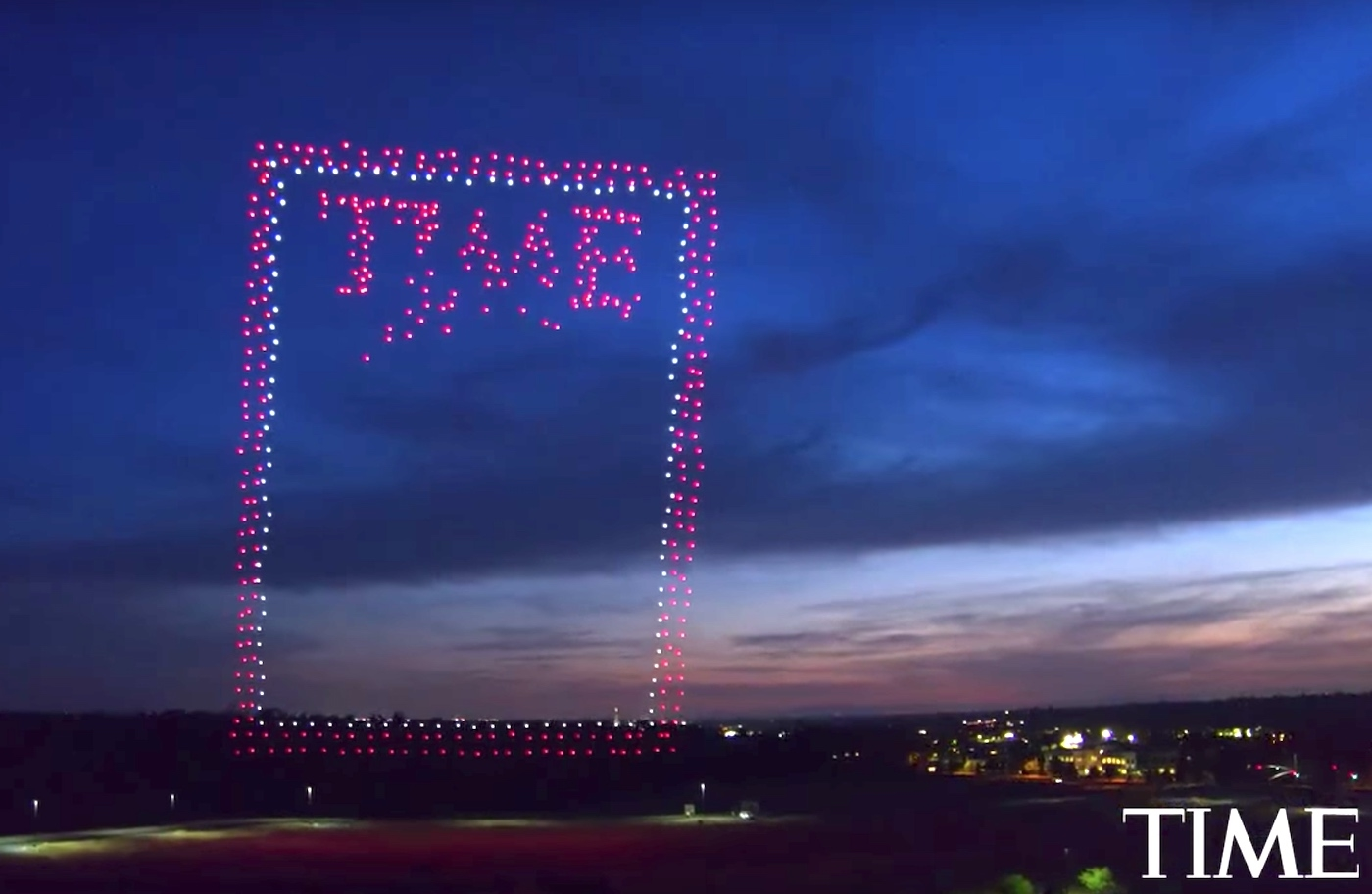 time cr u00e9e sa derni u00e8re couverture avec plus de 900 drones